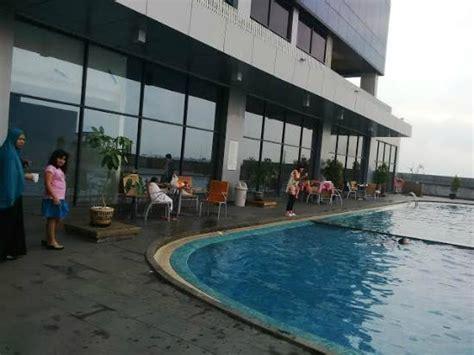 Kamar Swiss Bell Cirebon kolam renang swiss belhotel cirebon di lantai tiga foto swiss belhotel cirebon cirebon
