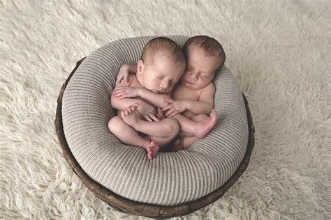 immagini gemelli diversi fotografo bambini asti foto gemelli neonati mauro
