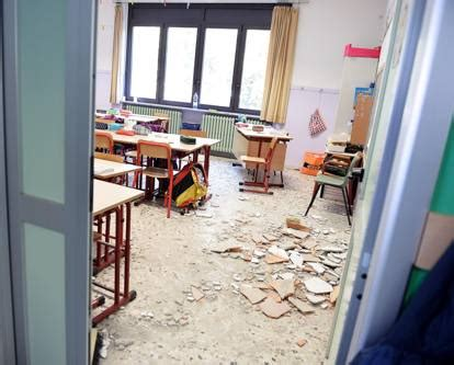 ufficio scuola nichelino crolla un controsoffitto a scuola ferita una bambina di