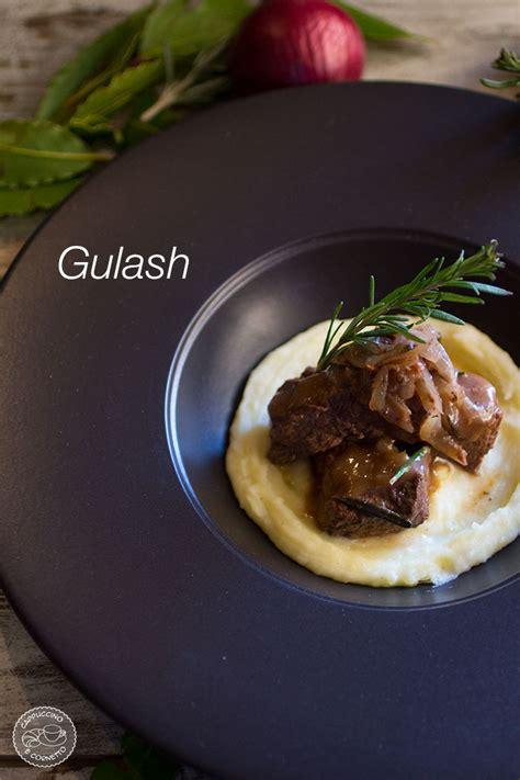 come cucinare il gulash gulash di manzo con cipolle rosse su pur 232 di patate