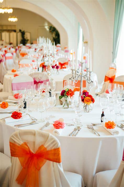 tischdeko orange bunte vintage hochzeit im schloss in rot orange pink