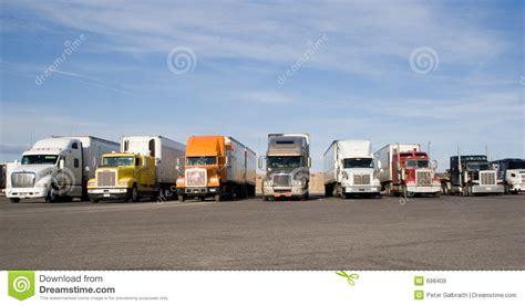 Trucker U impianti di perforazione in una riga immagine stock immagine 698409