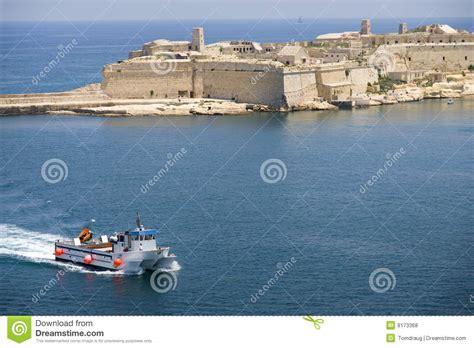porto la valletta malta porto di malta valletta con il catamarano fotografie stock