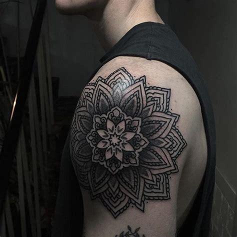 tattoo mandala en el hombro tatuajes mandalas para hombres