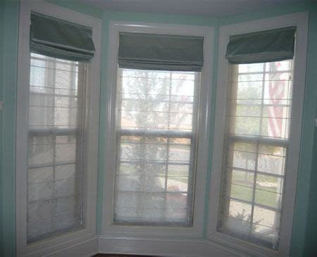how mary layered roman blinds and curtains in her bedroom roman roman blinds and bay windows on pinterest