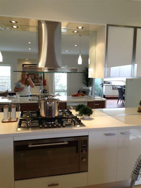 mirrored splashback hob layout rangehood  cabinets