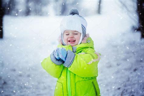 imagenes de niños jugando en invierno retrato de ni 241 o lindo en ropa de invierno con la nieve que
