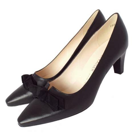 kaiser leola mid heel court shoes in black leather