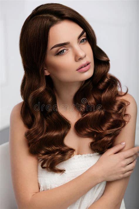 Haarstijl Vrouwen by Krullende Haarstijl Het Mooie Kapsel Vrouwen Modelwith