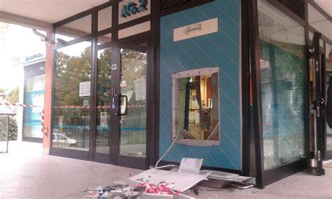 carige filiali assalto al bancomat sventrata filiale carige a baganzola