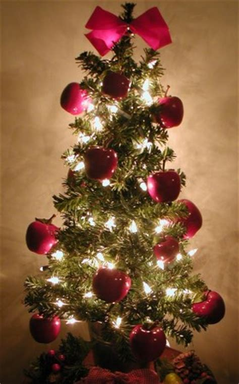 superb Pictures Of Homes Decorated For Christmas On The Inside #4: Christmas-tree-with-apples.jpg