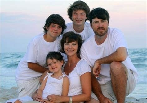 duck dynasty wifes hair cuts omg its jase without a beard and his wife with short hair