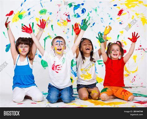 imagenes alegres infantiles imagen y foto un grupo de ni 241 os alegres con sus bigstock