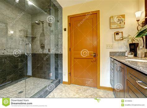 interno it interno moderno bagno con la doccia di vetro della