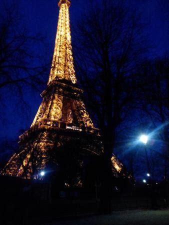 torre eiffel di notte illuminata tour eiffel di notte foto di torre eiffel parigi
