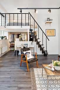 リビングの一画のロフト 見晴らしの良い開放的なベッドルーム 住宅デザイン