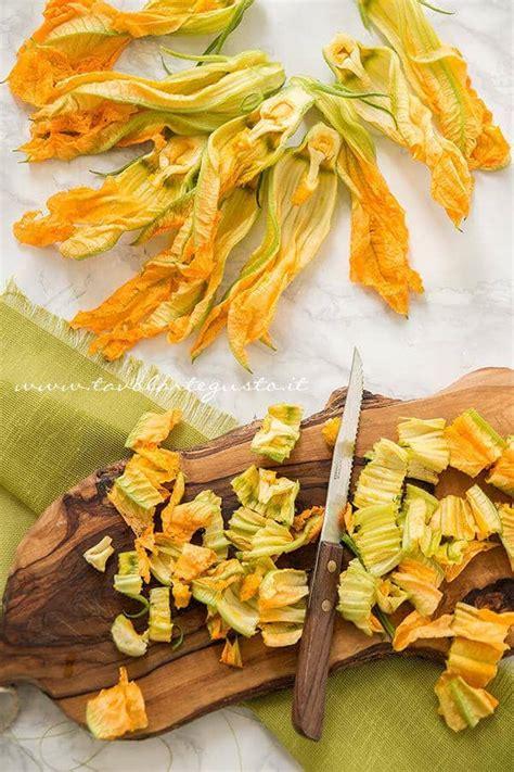come fare i fiori di zucca al forno frittata con fiori di zucca al forno ricetta leggera e