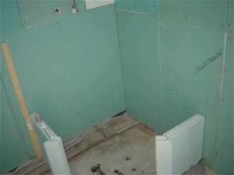 zwevend toilet aan gipswand badkamer stappencheck van gipsplaat tot afmonteren