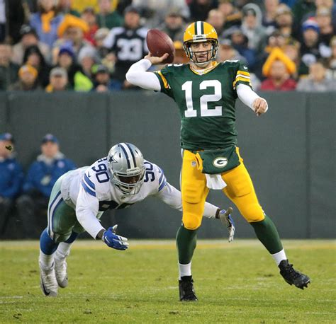 aaron rodgers of green bay packers defends leadership style packers aaron rodgers weathers challenging season for