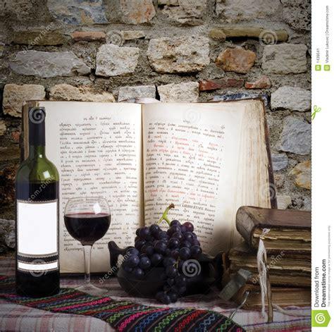 libro the italian dream wine botella de vino y libros viejos imagen de archivo imagen 1439041