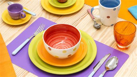 piatti da cucina colorati dalani servizio di piatti colorati mise en place arcobaleno