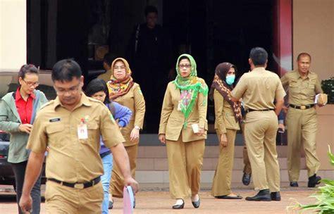 Baju Pegawai Negeri Sipil seragam dinas pns dan honorer dibedakan equator news