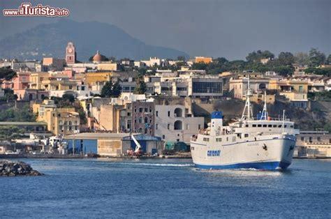 traghetti pozzuoli ischia porto traghetto in partenza da procida caremar sulla foto