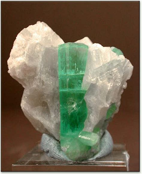 green emerald causes of color