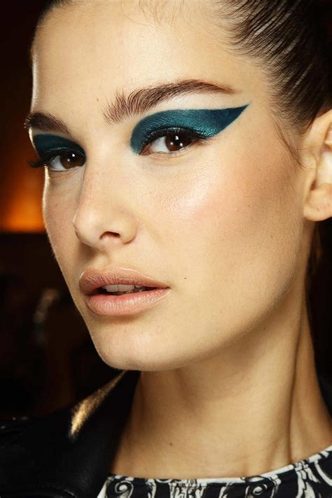 Makeup Versace runway two toned cat eye at atelier versace fall