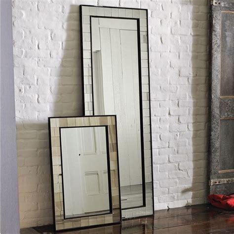 specchi per soggiorno moderni lo specchio in soggiorno per liare lo spazio
