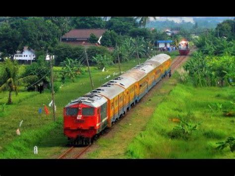 Kereta Keretaan Motif The Smurfs kereta api patas merak dengan 2 lokomotif di depan dan doovi