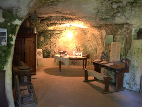 troglodytic room cave houses cave hotels and