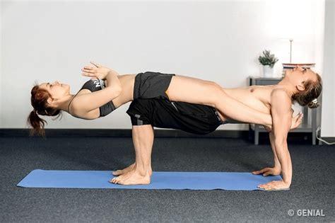 imagenes de posiciones de yoga faciles 12 posturas de yoga para parejas que se ense 241 ar 225 n a