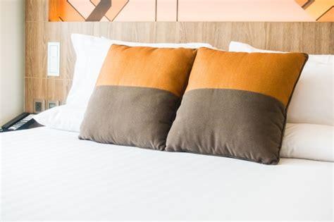 cojines de cama cojines encima de una cama de matrimonio descargar fotos