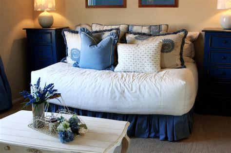 bed pillow arrangement ideas 50 decorative king and queen bed pillow arrangements