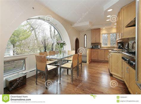 cucinare con la cucina con la finestra incurvata immagine stock immagine
