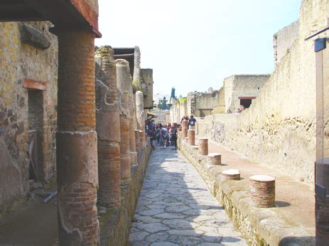 herculaneum or pompeii which is better pompeii villas of the bay of naples