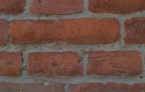 mattoni testo frasi e disegni sui muri in mattone della cittadella di