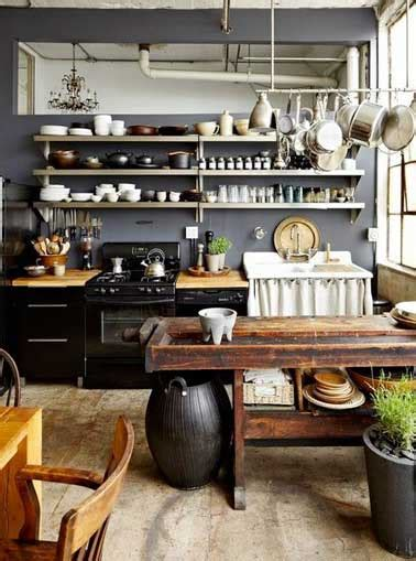 Charmant Plan De Travail Cuisine Inox #3: Aligner-des-etageres-inox-pour-faire-un-rangement-de-cuisine.jpg