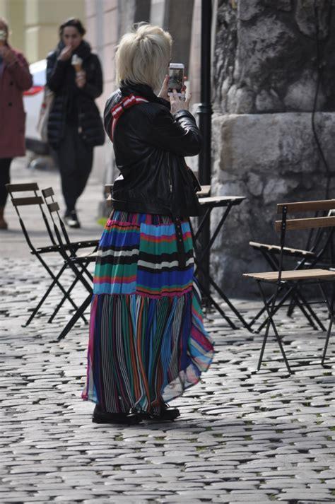 Venesia Maxi Zv nieco starsza dziewczyna kolorowa maxi i kolorowa torebka