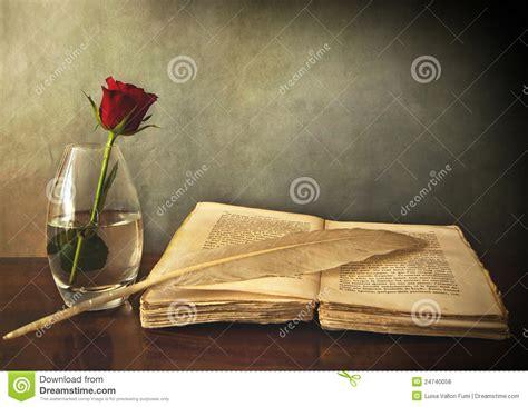 imagenes de rosas sobre libros abra el libro viejo una rosa en un florero y una pluma