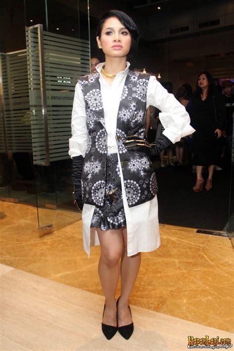 Baju Hitam Putih Emas inspirasi gaya fashion sederet selebriti di folio anniversary kapanlagi