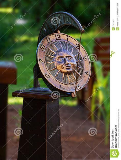 horloge de jardin horloge de cadran solaire de jardin images libres de droits image 9945109