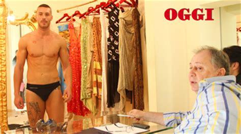 uomo nudo sotto la doccia mora attualit 224