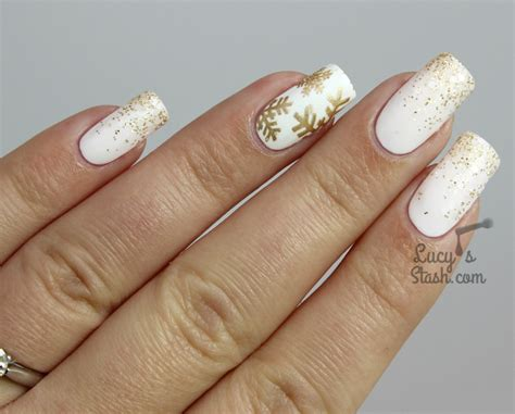 Nägel Mit Gold by Festive White And Gold Glitter Gradient Snowflake Nails