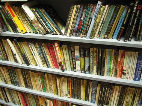 libri in libreria come organizzare una libreria in casa