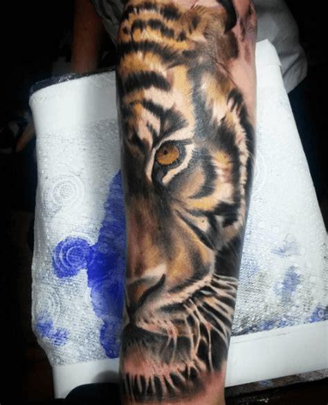 tiger t 228 towierung mit vergn 252 gen zu br 252 llen tattoos amp ideen