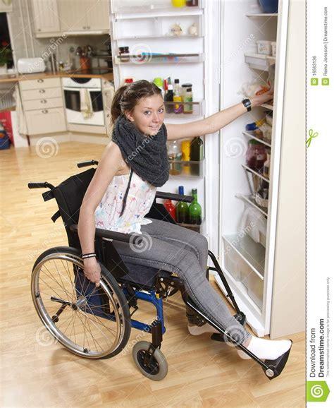 sulla sedia ragazza sulla sedia a rotelle immagine stock libera da