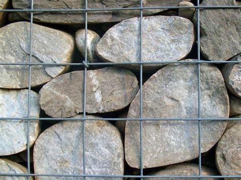 gitter mit steinen steingarten kiesgarten trockenmauer