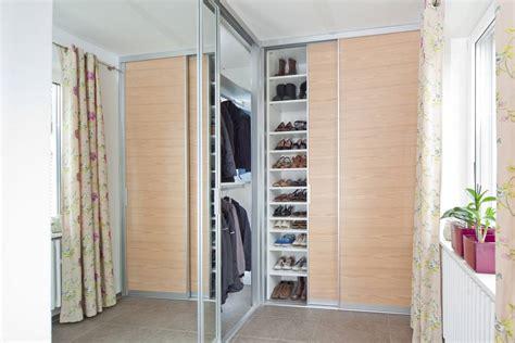 kleiderschrank drehtüren weiß wandfarbe f 252 r graues sofa